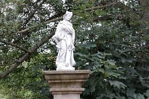 Socha sv. Jana z Nepomuku ve Vižňově je opět na svém místě.