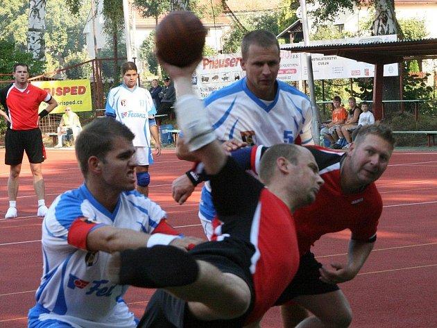 Druholigové mužské béčko (v červeném) nedokázalo v Jihlavě navázat na domácí vítězství s Ostopovicemi. Na Vysočině totiž Krčínští prohráli 14:16.