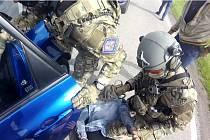 Obviněním ze čtyř trestných činů pokračuje případ, jenž celníci několik měsíců šetřili a shromažďovali důkazní prostředky v rámci přípravného řízení. Spolupracovali s policisty a polskou pohraniční stráží. Nyní je v rukou náchodských policistů.