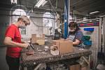 Poté se palety přesouvají na montážní linky přesně podle typu výrobku. Každý montážní dělník se specializuje na svoje portfolio. Montážní linky jsou rozděleny tak, aby výroba byla co nejefektivnější. První tým lidí montuje vrchní rám lůžka, druhý tým spod