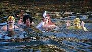 Otužilci z Čech i Polska se už tradičně loučili se starým rokem v řece Metuji v Náchodě. Předseda Metujských tygrů Petr Kocián z náchodského oddílu dálkového a zimního plavání v rouše samotného pana krále křtil nové i některé stávající plavce.