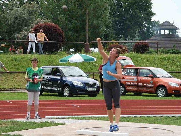 Tesně pod hranicí sedmnácti metrů dopadla koule v nejdelším pokusu vítězky Jany Kárníkové, olympijský limit však odolal.