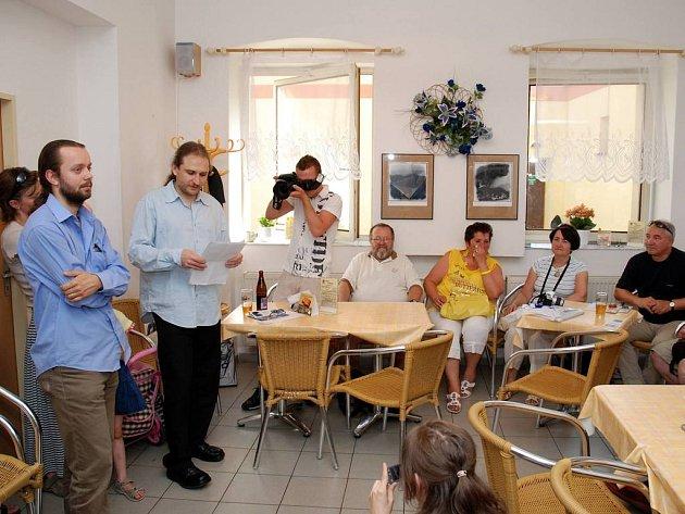 V galerii Peko  při vernisáži výstavy  fotografa Petra Šulce (vlevo)  pohovořil jeho kolega Roman Unger.