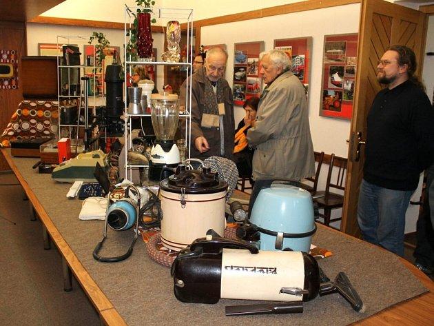 NA VÝSTAVĚ v náchodském muzeu jsou k vidění i předměty, které provázely všední život v letech 1948-1989.