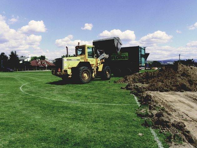 Rekonstrukce hřiště už začala.