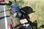 Řidič narazil do mostku, auto zůstalo v příkopě.