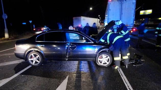 Střet dvou osobních vozů a nákladního automobilu v náchodské Polské ulici.