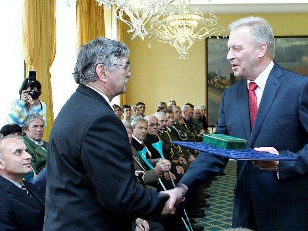 STAROSTA Petr Mědílek přebírá od ministra obrany Vlastimila Picka vyznamenání udělené Janu Kratochvílovi.