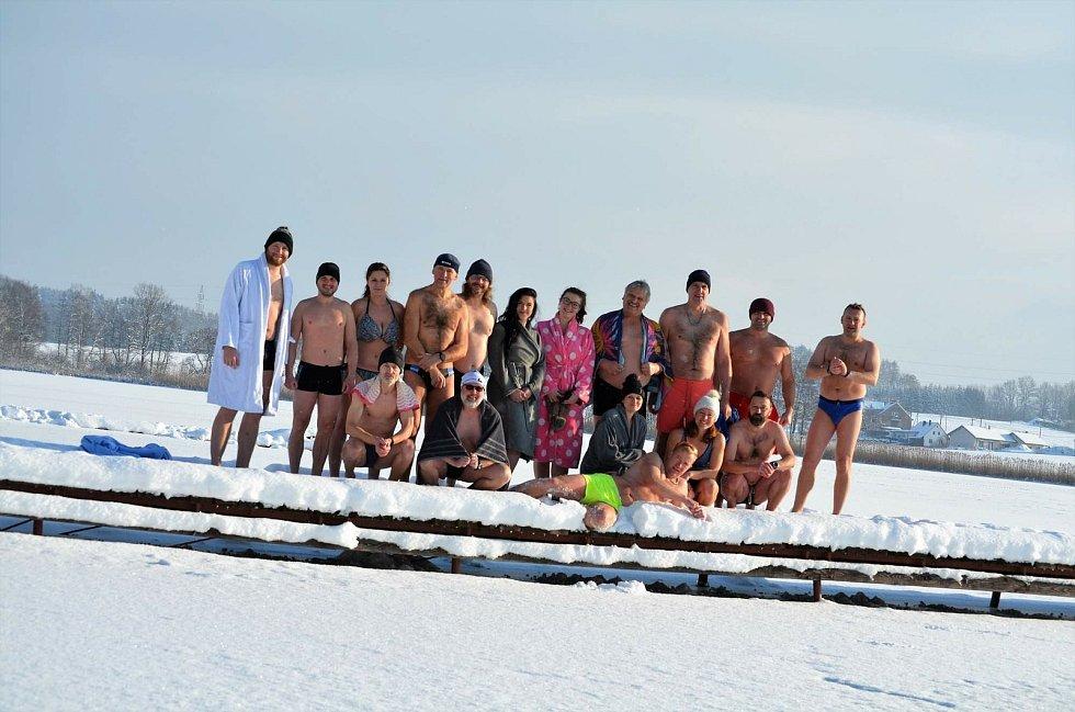Ve zdravém těle, zdravý duch! Otužilci své zdraví pravidelně utužují každou neděli dopoledne v rybníku Brodský.