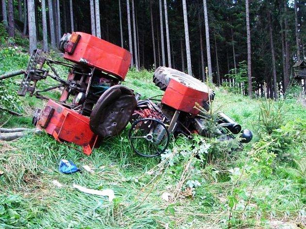 Nehoda v Martínkovicích: Muž zůstal pod malotraktorem.