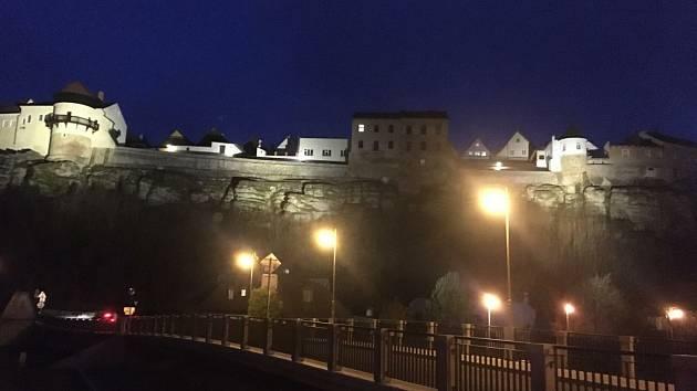 V rámci obnovy veřejného osvětlení a městského rozhlasu v ulici Na Hradčanech bylo stávající slavnostní nasvětlení skal nahrazeno novým. Foto: Archiv NMnM