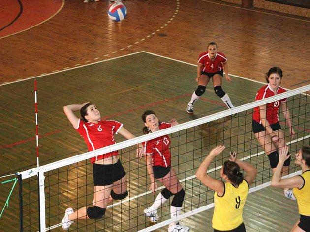 V prvoligovém klání kadetek Rubeny Náchod a Letohradu se z vysokého útoku snaží položit míč domácí Kristýna Rinnová.