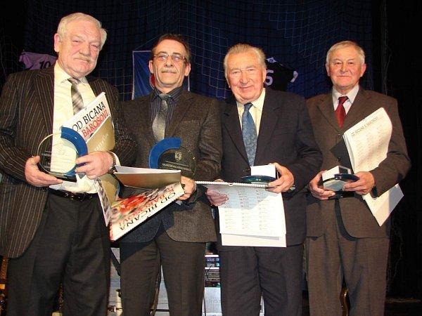 CENU Jana Modřického si ze 3.Galavečeru KFS odvezl do Červeného Kostelce Josef Bubeníček (zcela vpravo).
