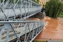 Mohutný nápor vodního živlu valícího se po Labi z Krkonoš nevydržel v noci na pondělí pilíř historického mostu mezi školou Na Ostrově a hlavním náměstím v Jaroměři.