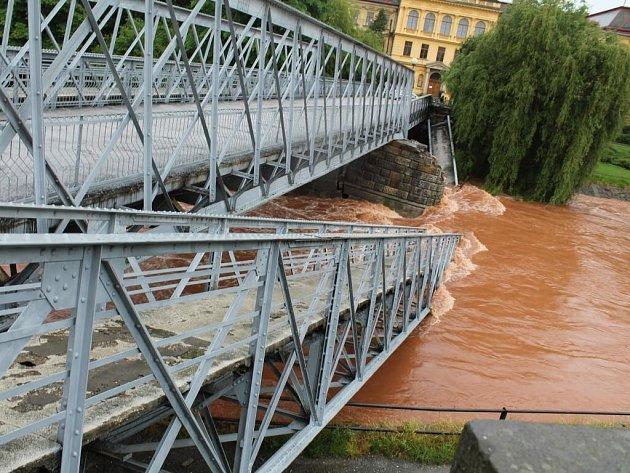 Mohutný nápor vodního živlu valícího se po Labi zKrkonoš nevydržel vnoci na pondělí pilíř historického mostu mezi školou Na Ostrově a hlavním náměstím vJaroměři.