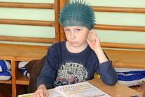 Žáci přišli do školy ve zcela netradičních pestrobarevných účesech.