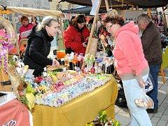 Tradiční velikonoční trhy na hronovském náměstí.