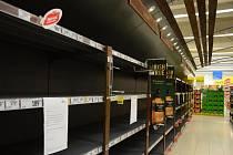 Alkohol uklidili. Regály v obchodech zejí prázdnotou.