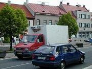 Každodenní  realita v České Skalici: tisíce aut projíždějí centrem.