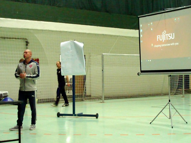 TRENÉR fotbalové reprezentace U15 Jiří Vorlický vedl v Náchodě školení nových trenérů mládeže licence C, kterého se zúčastnilo 23 absolventů, a zároveň doškolení současných trenérů licence C (41 trenérů), kteří si prodloužili licenci na další 3 roky.