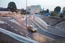 Stavba okružní křižovatky u Čedoku se přehoupla do druhé etapy a obnovil se provoz pod železničním viaduktem ve směru na Plhov.