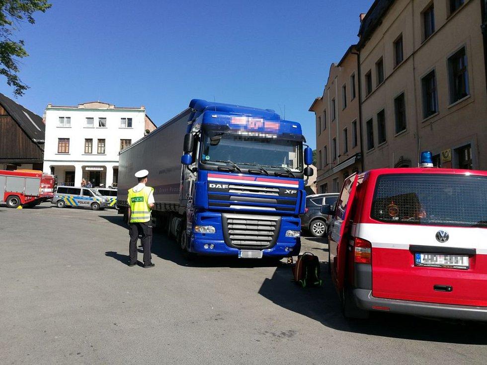 Kamion srazil na náměstí ve Stárkově ženu, náraz nepřežila.