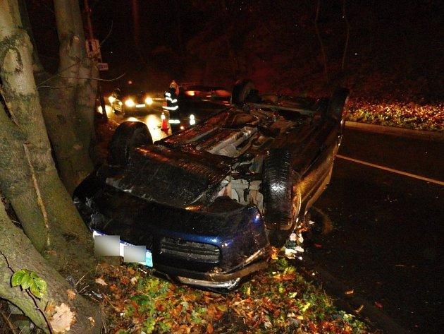 Řidička osobního auta Škoda Octavia ze zatím nejasných příčin havarovala nedaleko železniční zastávky v Náchodě - Bělovsi a skončila s autem na střeše.