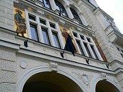Zástupci radnice vyvěsili fotografii Josefa Škvoreckého na smutečním černém podkladu před budovu městského úřadu, na kterém vlaje černá vlajka. Vedení města při pietním aktu zavzpomínalo na slavného spisovatele a společně mu zapálilo svíčky.