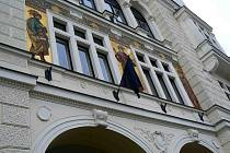 Zástupci radnice včera dopoledne vyvěsili jeho fotografii na smutečním černém podkladu před budovu městského úřadu, na kterém vlaje černá vlajka. Vedení města při pietním aktu zavzpomínalo na slavného spisovatele a společně mu zapálilo svíčky.