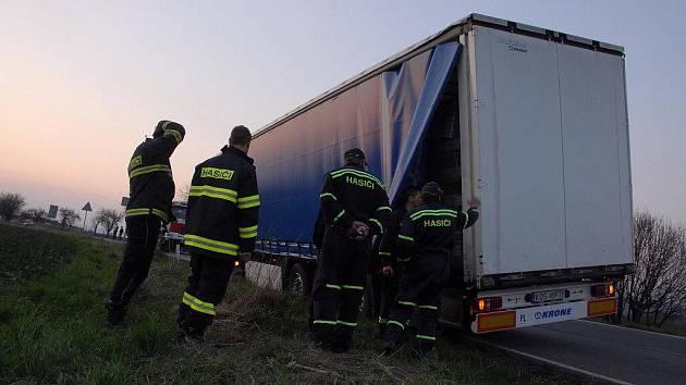 Hasiči vyprostili zapadlý kamion.