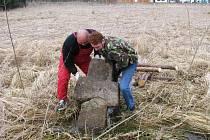 Smírčí kříž , který byl před nedávnem povalen vandalem, byl opět vztyčen.