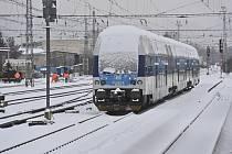 Vlak na zasněženém nádraží v Lysé n.L.