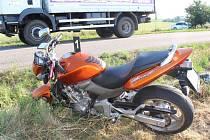 Motocyklista skončil v příkopu.