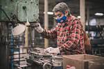 Nařezaný materiál dále operátoři dále utváří na jednotlivých pracovištích. Jackly, trubky, pásoviny a kulatiny vrtají, frézují, ohýbají a soustruží.