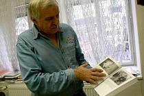 Václav Sádlo, ředitel Regionálního muzea v Náchodě, ukazuje knihu, v níž je na fotografii zachycen společně s Josefem Škvoreckým.