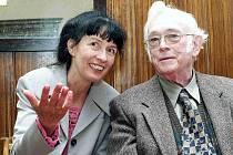 Josef Škvorecký a ředitelka Státního okresního archivu v Náchodě Lydia Baštecká.