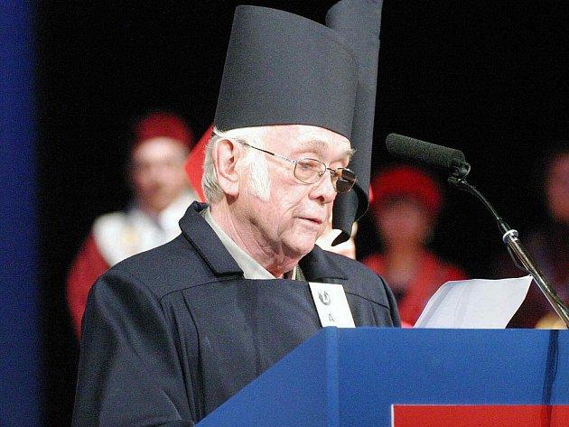 Snímek je z jeho poslední návštěvy Náchoda v roce 2004, kdy mu byl v rámci konference věnované jeho životu a literárnímu dílu udělen čestný doktorát literární akademie Josefa Škvoreckého.