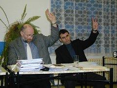 ZASTUPITEL Jan Vlček (vlevo) se domnívá, že vedení města zastupitelům nepředkládá materiály k projednání tak, jak by mělo.