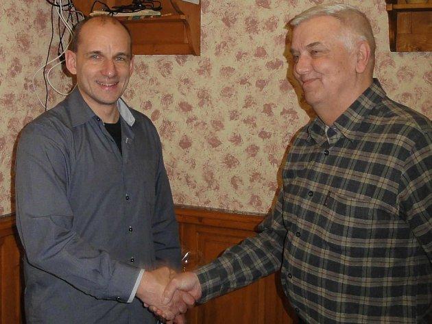 PŘEDSEDA Okresního volejbalového svazu Martin Houštěk (vlevo) gratuluje Jiřímu Šenfeldovi (70 let) –  jednomu z oceněných jubilantů. Dalšími jubilanty byli: Hana Staňková, Václav Anděl, Václav Lebedinský a Ludvík Vlach (všichni 60 let).
