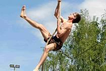 NEJRYCHLEJŠÍ muži dokázali čtrnáctimetrové lano zdolat pod dvacet vteřin.