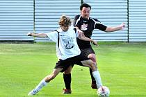 Rozhodně se rozešli fotbalisté Velkého Poříčí (v bílém) a Jaroměře B, která si z Poříčí odvezla bod za remízu 1:1.