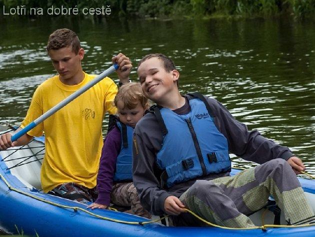 Už třetím rokem tak dětský vodácký oddíl Lotři pomáhá stacionáři Cesta v Náchodě.