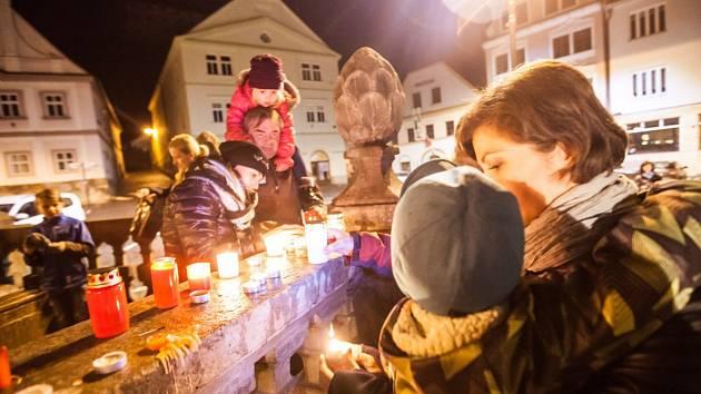 Vzpomínkové setkání 17. listopadu na náchodském Masarykově náměstí.