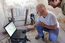 Odborníci si prohlíží naskenovanou fresku. Digitální technologie napomohou k jejímu lepšímu restaurování.
