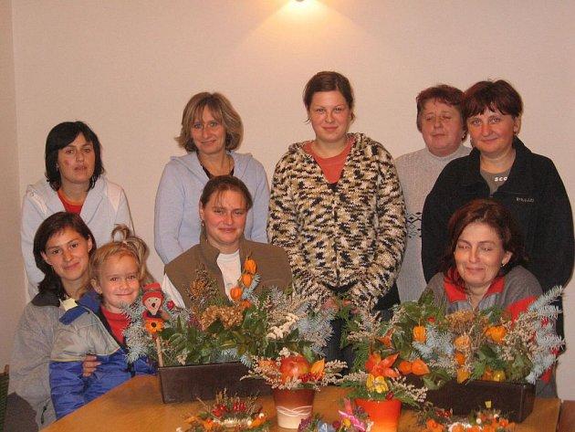 SKUPINKA petrovických žen, které se  společně zúčastnily vyrábění podzimních dekorací.