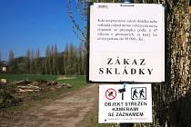 HROMADA PRO PÁLENÍ ČARODĚJNIC v Krčíně se pozvolna změnila v černou skládku. Ani upozornění, že místo je sledováno fotopastí, některé občany neodradilo.