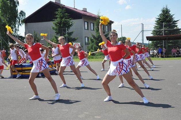 DEVĚT sletových vystoupení bylo k vidění na sokolském sletu v Novém Hrádku na Náchodsku, kde vše zahájil slavnostní nástup včetně praporečníků.