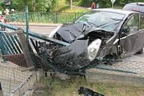 Automobil narazil do plotu a následně do mostové konstrukce.