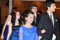 Šedesátka mladíků a slečen, většina z nich poprvé oblečena do obleků a večerních rób, se na konci minulého týdne sešla v Čapkově sále na první lekci tanečních kurzů.