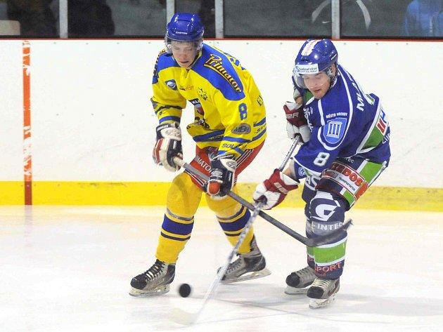 HOKEJISTÉ Náchoda (ve žlutém) zvládli středeční derby v Hronově a udrželi vedení v Krajské lize mužů.